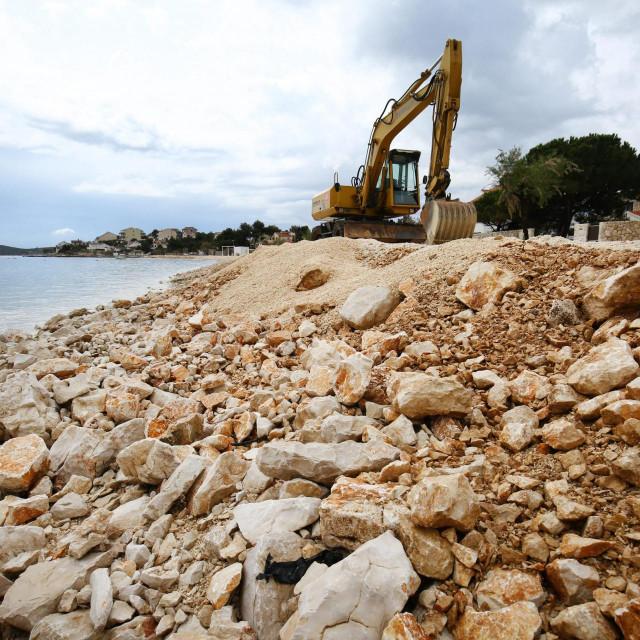 Nasipanje plaže Oštrica gornja u Sevidu kod Trogira