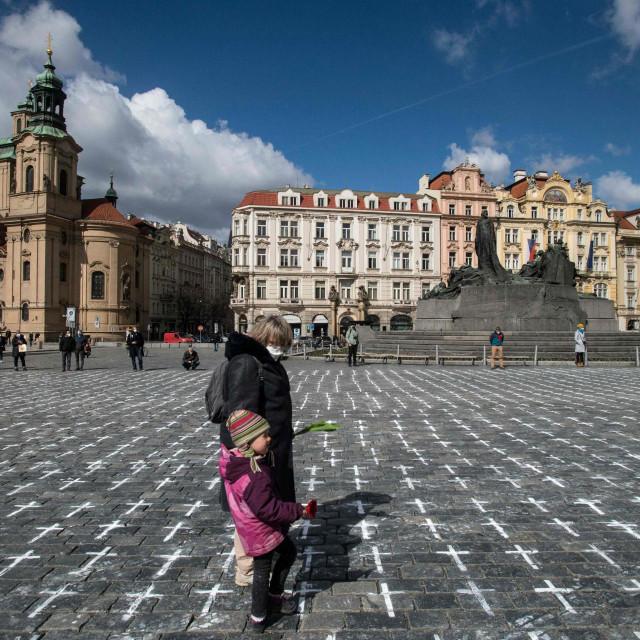 Praški Starogradski trg s nacrtanih 25 tisuća bijelih križeva u spomen na izgubljene živote u borbi s koronavirusom