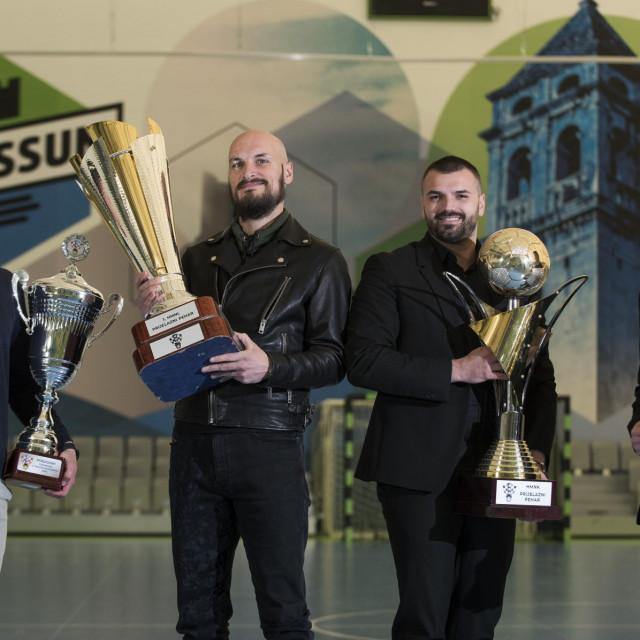 Naš urednik Marko Bilić uručio je nagradu predsjedniku Miji Milaviću