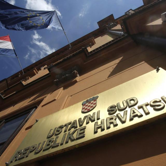Ploča iznad ulaza u zgradu Ustavnog suda u Zagrebu