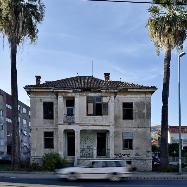 Prodaje se kuća površine 174 kvadrata i dvorište od 373 kvadrata