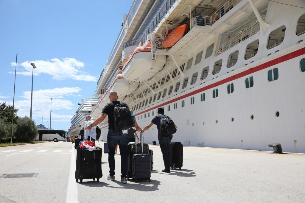 Uplovljavanje kruzera Carnival Breeze u luku Gruž s hrvatskim pomorcima na povratku prema svojim domovima