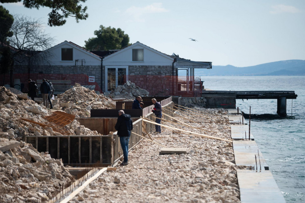 U tijeku su radovi na uredjenju dijela plaze Kolovare ispred nekadasnje zgrade Poliklinike<br />
