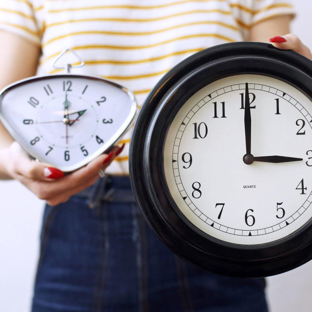 Ne zaboravite pomaknuti kazaljke na satovima u tinelu i kužini<br />