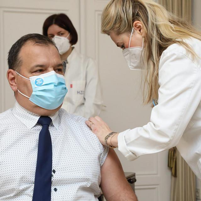 Ministar Beroš cijepio se javno AstraZenecom