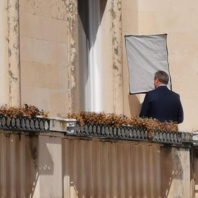 Gradonačelnik Dukić pozira na balkonu svog ureda