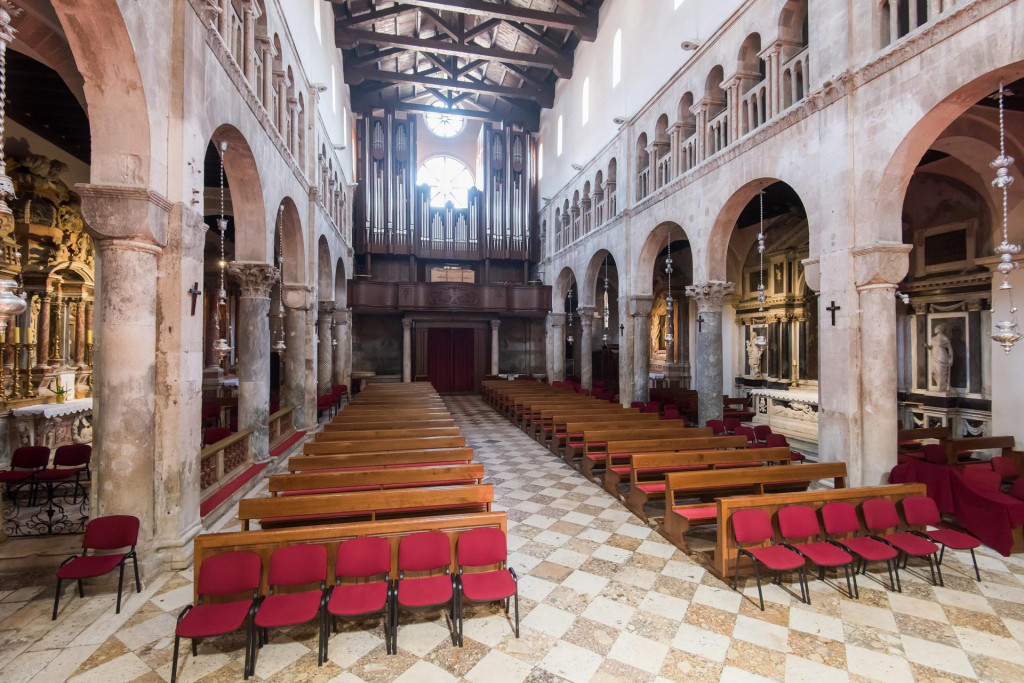 Zadar, 120420<br /> Uskrsno misno slavlje u katedrali sv. Stosije predvodio je zadarski nadbiskup msgr. Zelimir Puljic bez prisustva vjernika zbog pandemije koronavirusa.<br />