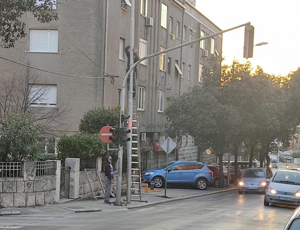 Ilegalno postavljanje reklamnog panoa u Vukovarskoj ulici