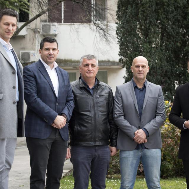 Božo Petrov, Nikola Grmoja, Miro Bulj, Ivica Kukavica i Ante Kujundžić ispred zgrade Splitsko-dalmatinske županije