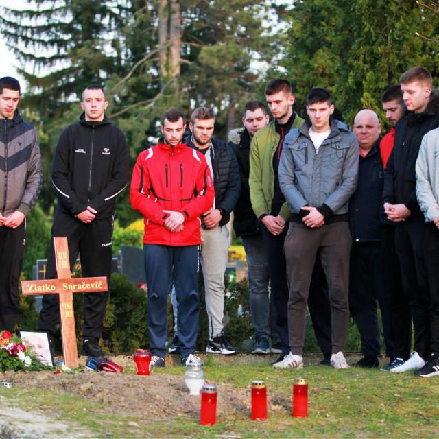 Rukometni klub hrvatske mladeži Dubrovnik na posljednjem počivalištu Zlatka Saračevića na zagrebačkom groblju Mirogoj