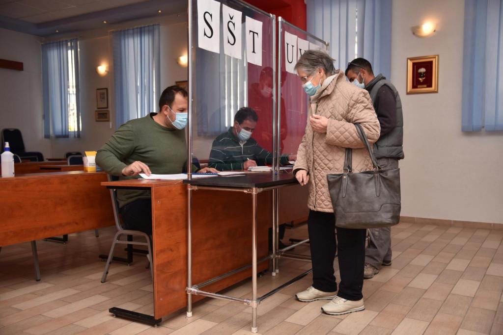 Podjela poklon-bonova u Vatrogasnom domu u Makarskoj