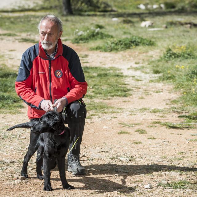 Ante Ercegović iz HGSS-a Šibenik s kujicom Tunjom koju trenira za novog potražnog psa<br />