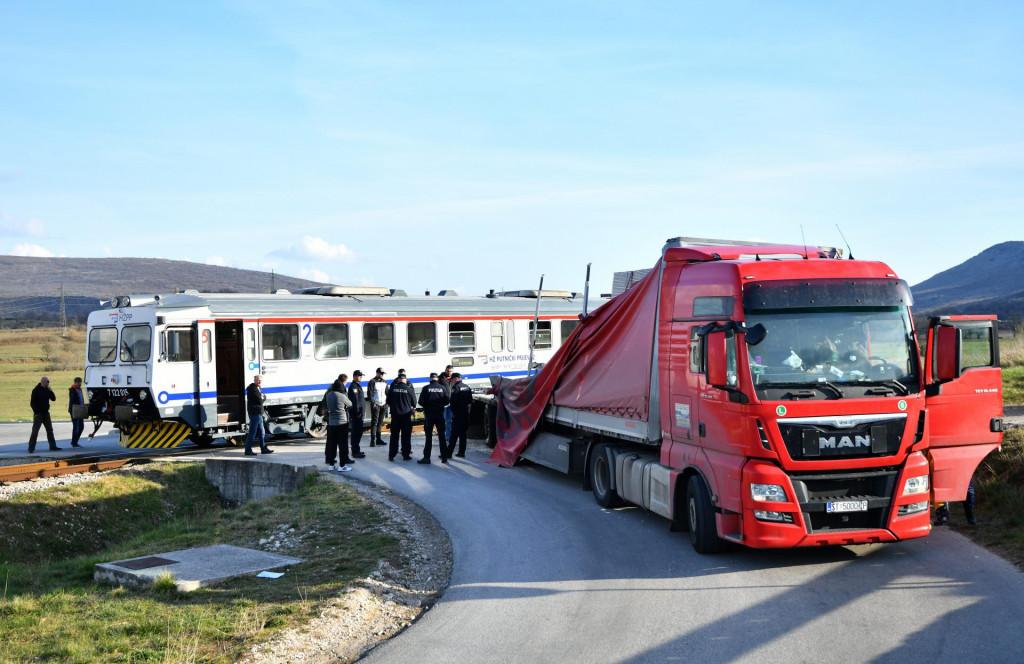 Uzdolje kod Knina, 280321.<br /> Kod tvornice Knauf u Uzdolju na pruznom prijelazu doslo je do sudara teretnog kamiona i putnickog vlaka.<br />