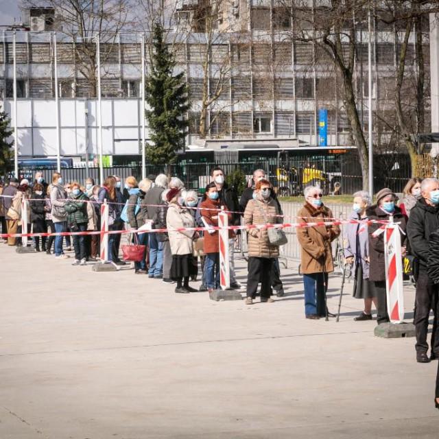 Građani Ljubljane čekaju u redu za cijepljenje