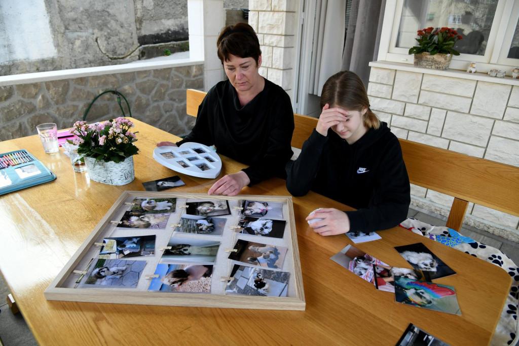 Ljiljana D. sa kćeri Anđelom pokazuje slike uginulog psa