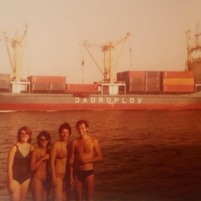 Mladost-ludost u Suezu: dr. sc. Ivo Ivić u društvu dr. sc. Neire Puizine Ivić, dr. Marije Radonić i dr. Tajane Marinović