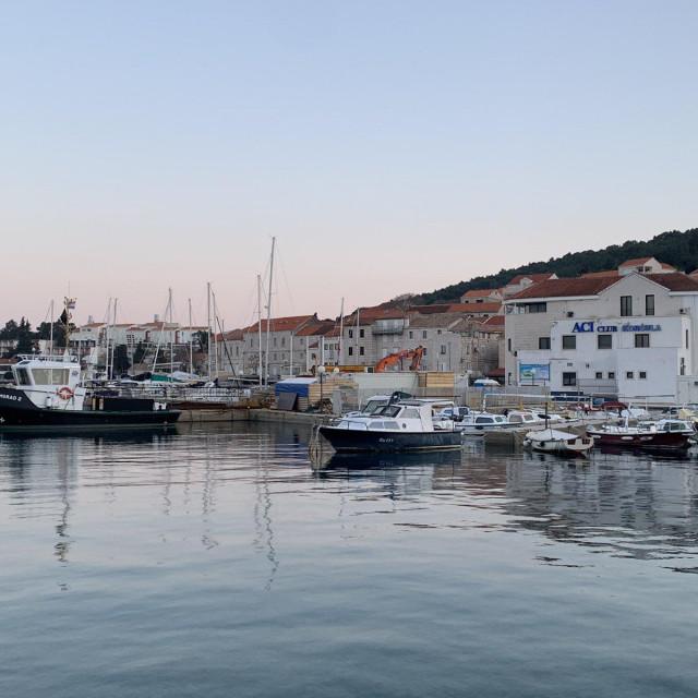Radovi na lukobranu, Aci marina Korčula