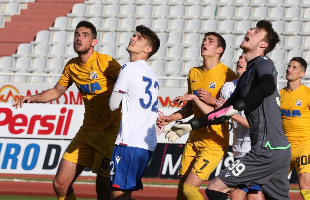 Karlo Sentić, vratar Hajduka II, kontrolira situaciju u svom kaznenom prostoru