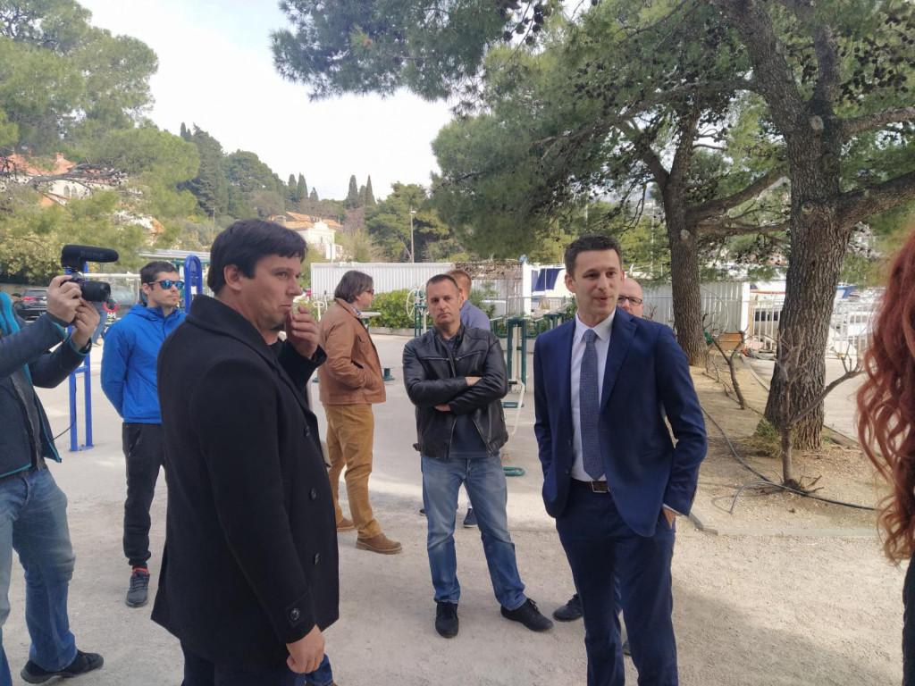 Kandidat Mosta za Dubrovačko-neretvanskog župana Božo Petrov u razgovoru sa građanima na Batali