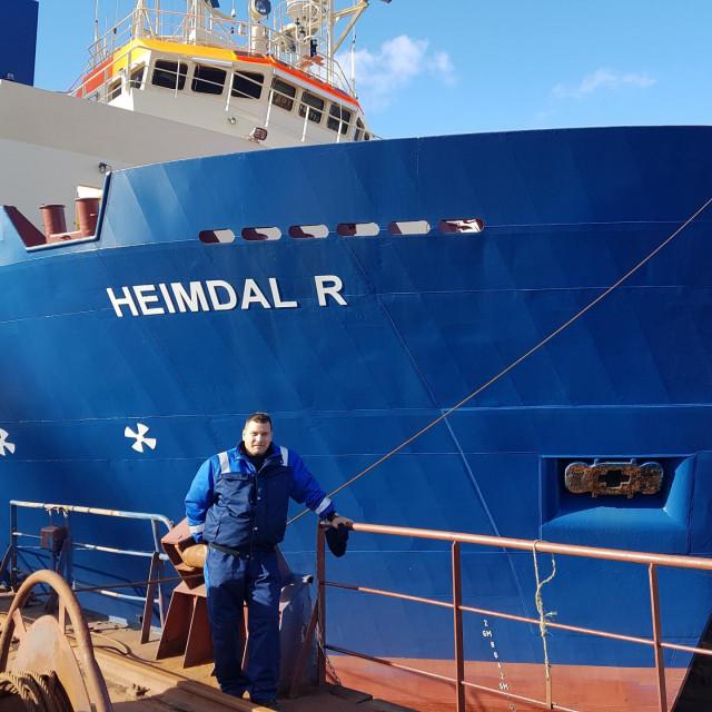Branko Franić ispred jednog od brodova čiju posadu predvodi