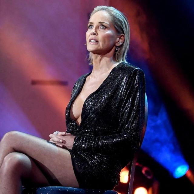 Sharon Stone: Nagovorili su me da skinem rublje za scenu policijskog ispitivanja u 'Sirovim strastima'. Uvjeravali su me da se neće vidjeti vagina...