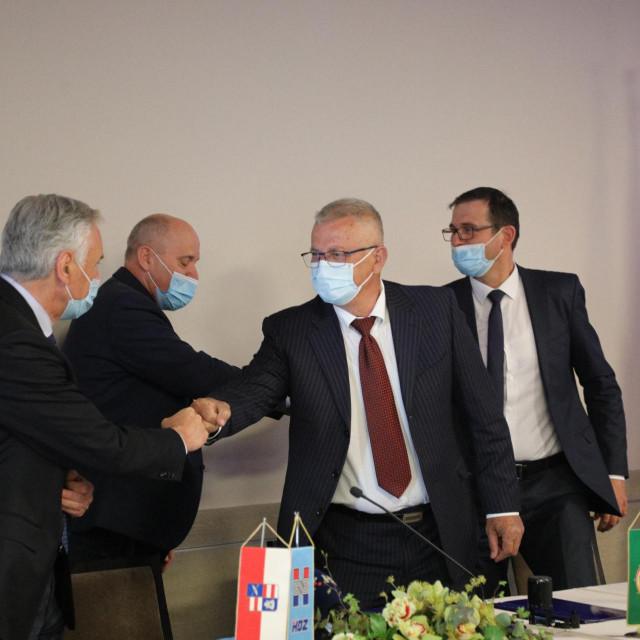 Predstavnici Dubrovačko-neretvanskog županijskog HDZ-a, HSLS-a, HSS-a, HSU-a i HRAST-a potpisali su Međustranački sporazum o predizbornoj koaliciji uoči lokalnih izbora u svibnju.