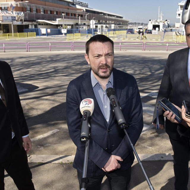 Splitski SDP održao je press konferenciju na Autobusnom kolodvoru.<br /> Na fotografiji: Arsen Bauk (u sredini),Ante Franić, kandidat za gradonačelnika (lijevo) i Goran Kotur (desno).