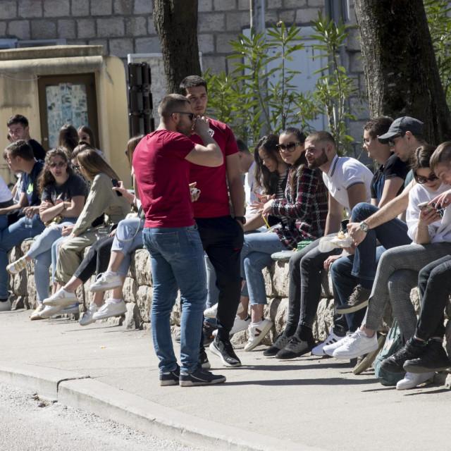 Bezbrižno se uživa na masovnoj kavici, zbijeni za stolovima, na zidićima, jedni drugima čuvaju leđa, okupljeni kao u košnici...