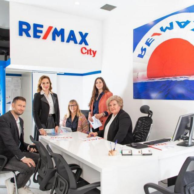 U splitskoj poslovnici RE/MAX nekretnine: Mate Juričić, Ivana<br /> Fadić, Tonka Tomić, Katarina Šimunović i Aida Pocrnja