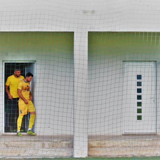 Prva županijska liga - nogometaši Gusara iz Komina izlaze iz svlačionice uoči utakmice s Konavljaninom u Čilipima u prvom dijelu sezone 2020./21.