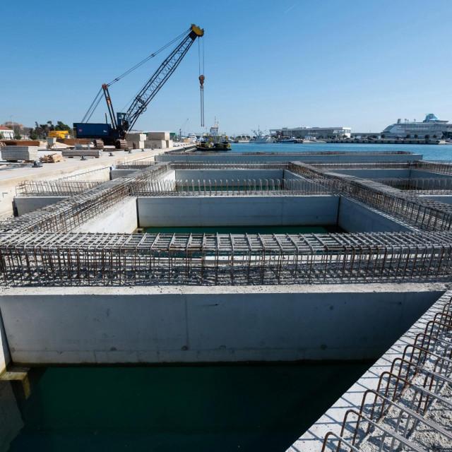 U luci Gaženica u tijeku su radovi u sklopu projekta rekonstrukcije i dogradnje postojece ribarske luke.<br />