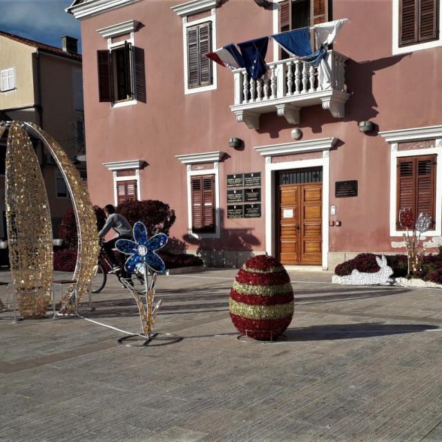 Gradske ulice i trgovi grada Biograda svojim vedrim i veselim ukrasima najavljuju veliki kršćanski blagdan Uskrs