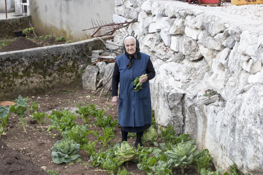 'Kod mene se skupi nas četri-pet žena i peci soparnike po pola dana', kaže baka Marija Bogdanović dok bere blitvu za poljičku deliciju