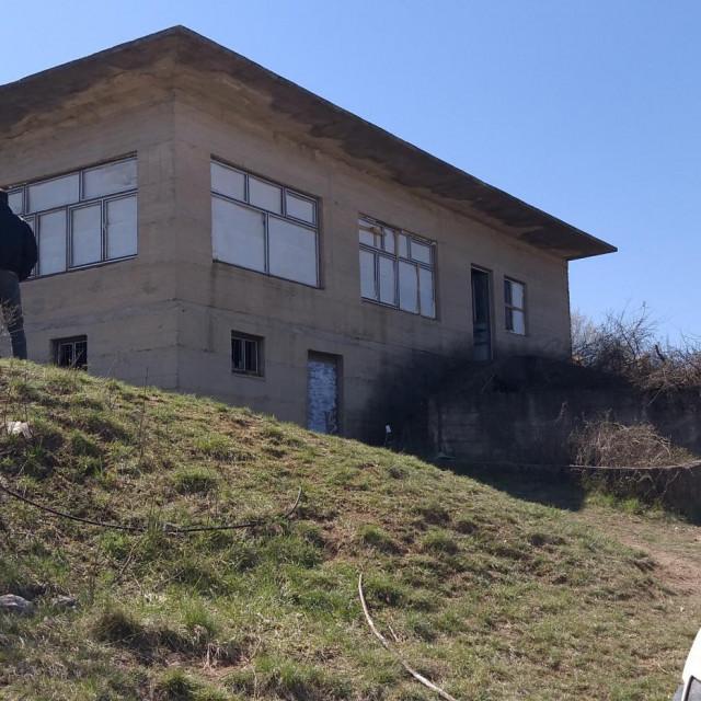 Uskrsno slavlje skupine susjeda iz zaseoka Jagnjići u Brnazama, održano na Meljači, pretvorilo se u korona-party na kojemu je sudjelovalo oko tristo mladih iz cijelog cetinskog kraja