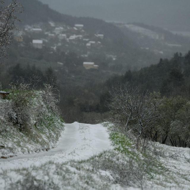 Najavljeno zahladjenje donjelo pad temperature i snijeg Dalmatinskoj zagori