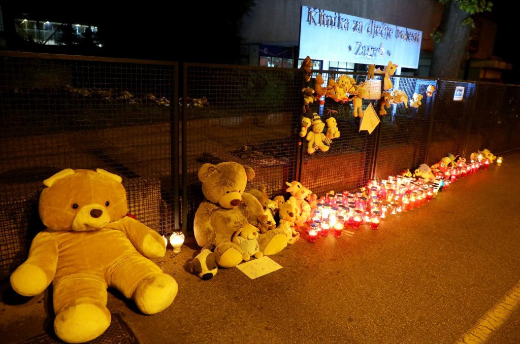 Ispred Klinike u zagrebačkoj Klaićevoj ulici građani su nakon smrti djevojčice na Uskrs palili svijeće i ostavljali igračke