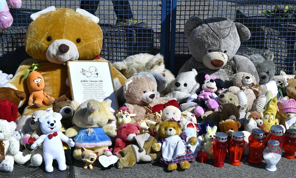 Igračke i lampioni koje su ispred bolnice u zagrebačkoj Klaićevoj ulici ostavili građani potreseni sudbinom nesretne djevojčice