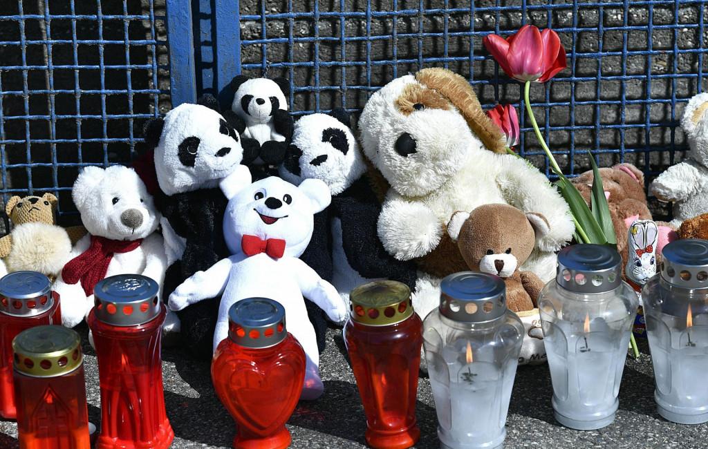 Svijeće, cvijeće i plišane igračke za djevojčicu iz Nove Gradiške koja je preminula zbog roditeljskog zlostavljanja.<br />