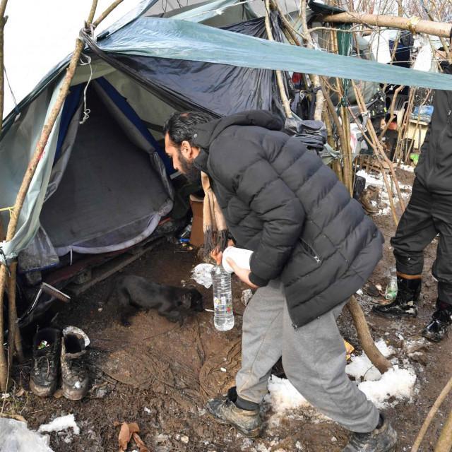 Uvjeti u kojima životare migranti koji su 'zaglavili' uz granicu BiH s Hrvatskom