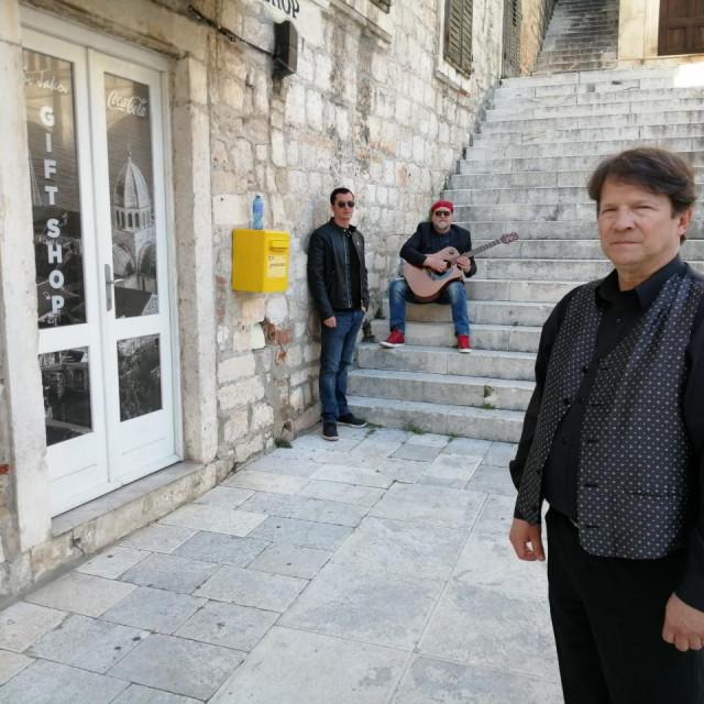 Dalmatinski bardi izvode pjesmu posvećenu Arsenu Dediću i Oliveru Dragojeviću