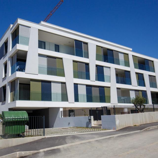 Zgrada na adresi Put Žnjana 14d u kojoj je stan dobio Dragan Kovačević. Zgradu je gradila tvrtka Sunčani Žnjan
