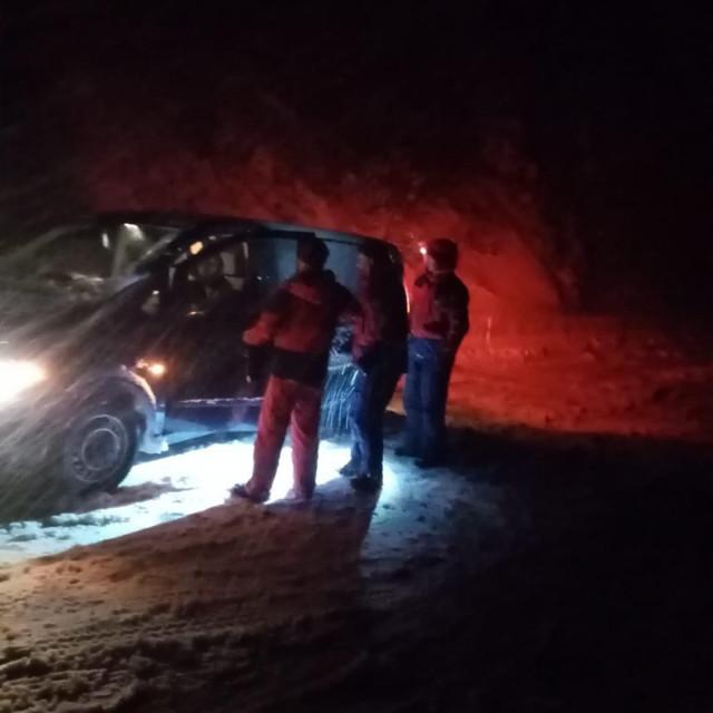 Automobile zapele u snijegu izvlačili su HGSS-ovci.