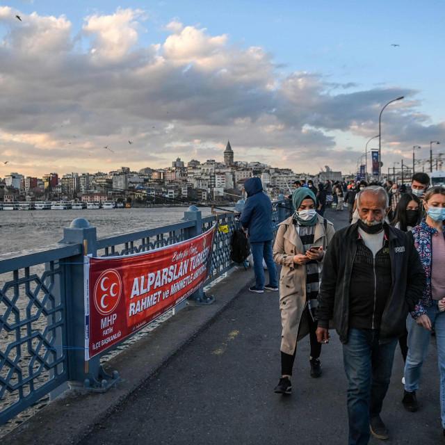 U Istanbulu kao i u cijeloj Turskoj svi građani na otvorenom nose zaštitne maske.