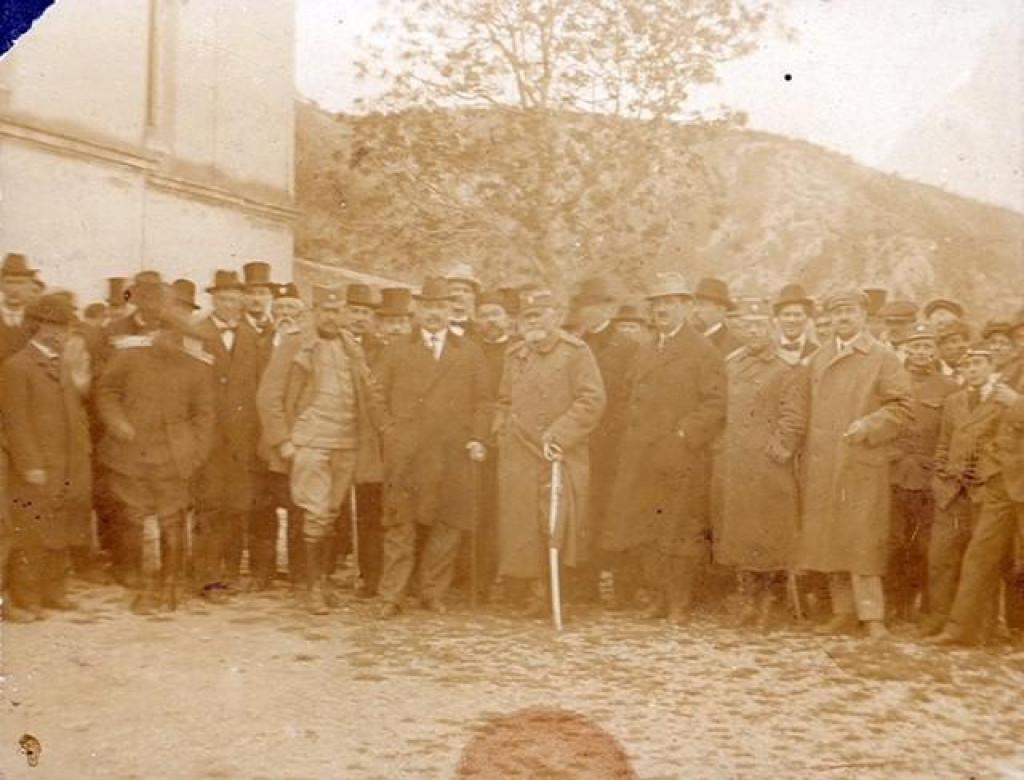 Obrovac, 7. travnja 1921.: Dr. Uroš Desnica i general Milić s Obrovčanima (Fundus Dvora Janković)