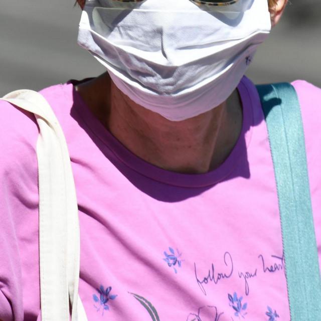 Zbog sve lošije epidemiološke situacije i straha od zaraze neki zaštitne maske nose i na otvorenom