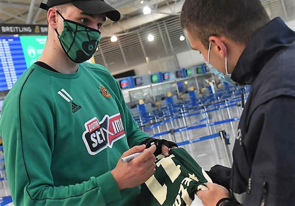 Mario Hezonja je u zračnoj luci u Ateni, prije puta u Kaunas, pozitivno odgovorio na molbu navijača da mu se potpiše na dres 'zelenih' s brojem 11, koji nosi Dubrovčanin