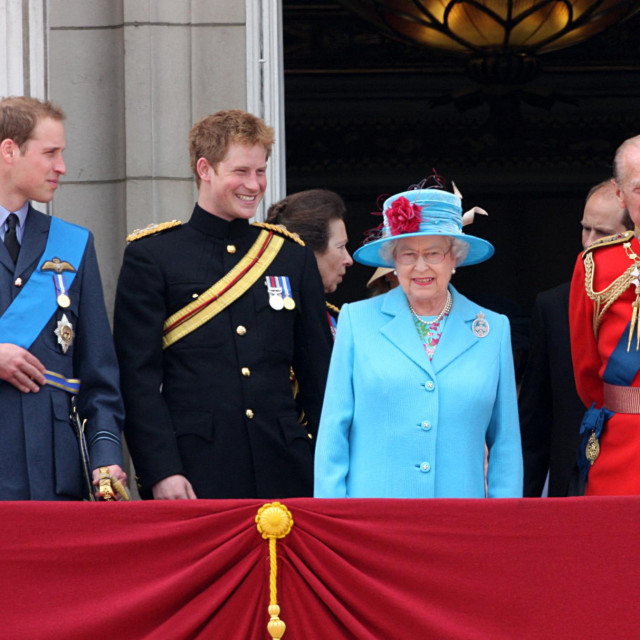 William i Harry s bakom, kraljicom Elizabetom II., i djedom, princom Philipom, na vojnoj paradi povodom obilježavanja njezinog rođendana 2009. godine