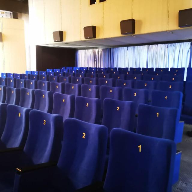 Nove sjedalice u kinodvorani u Podgori
