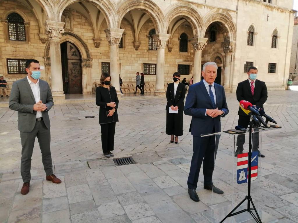 Župan Nikola Dobroslavić sa suradnicima te ravnateljem Zavoda za hitnu medicinu DNŽ Lukom Lulićem održao je jutros ispred palače Ranjina konferenciju za medije