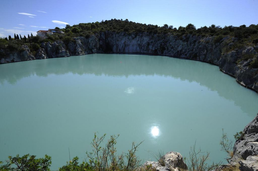 Miješanje stupca mora pri čemu otrovni sumporovodik prodre u gornji sloj te pobije sve aerobne organizme pa se oni kasnije moraju ponovo useliti i naseliti jezero (snimljeno u listopadu 2011.)